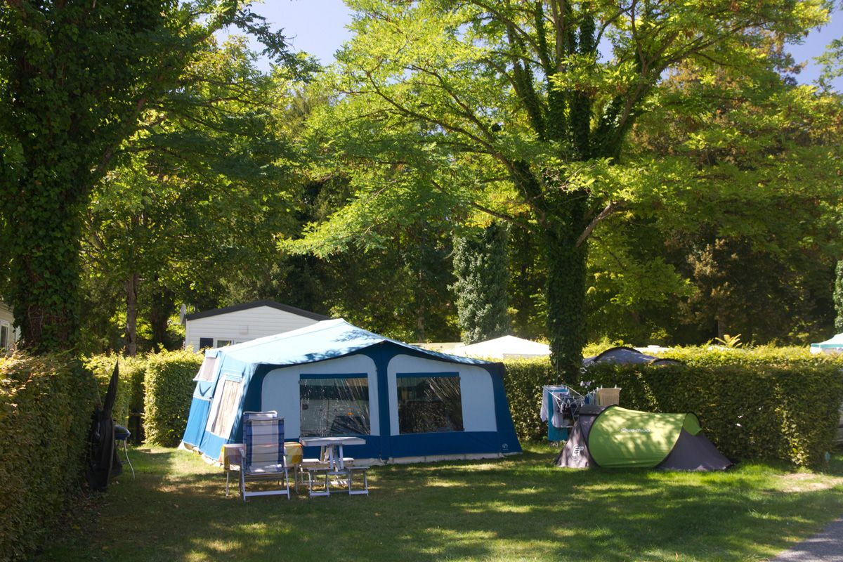 Campsite france loire valley camping pitches in the loire for Camping chateaux de la loire piscine